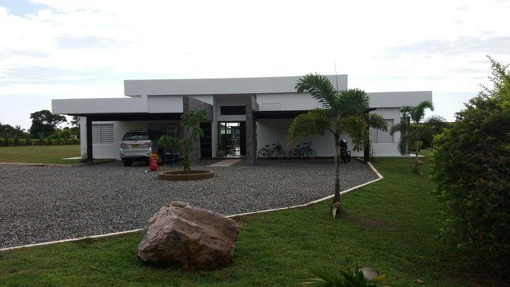 CASA KAULI. Vista Fachada acceso con parqueaderos. Casa de Campo Llanos Orientales. Restrepo. Meta. Colombia. Arq Nelson Bedoya Santacruz