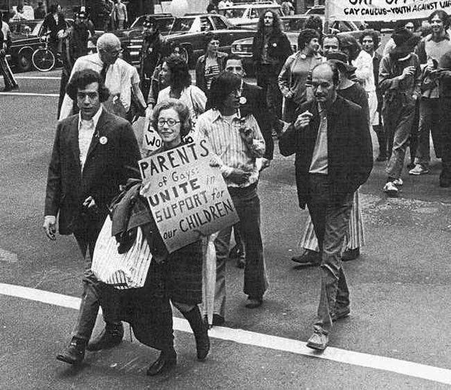 Jeanne Manford se svým synem gayem v průvodu za práva homosexuálů (1972)