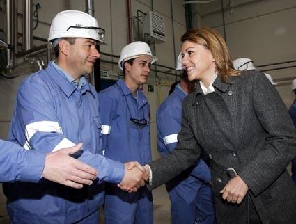 Cospedal saludando a los trabajadores de BASF en Marchamalo