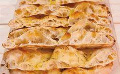 Ecco come realizzare la ricetta della pizza scrocchiarella romana,in teglia, croccante e buonissima. Questo è uno dei classici street food di Roma da preparare a casa, per la merenda o per una cena v