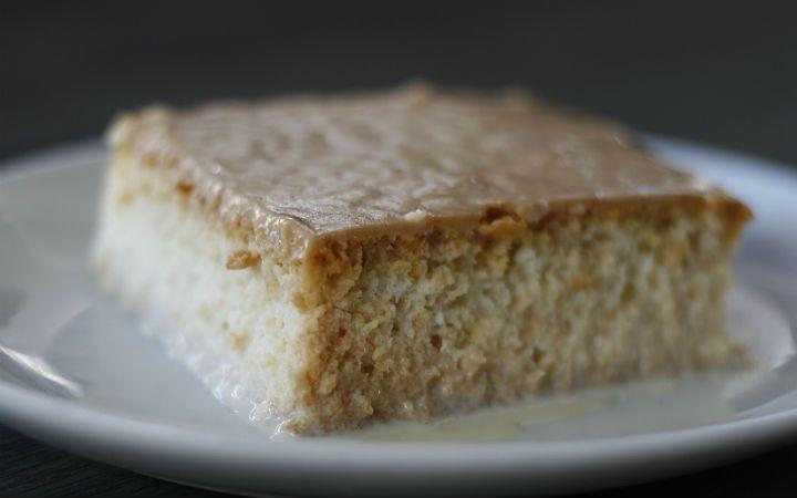 """Balkan tatlısı olarak bilinen """"Trileçe""""nin mazisi, İspanyolların """"Tres Leches"""" tatlısına kadar dayanıyor. Karamelli tarifini verdiğimiz tatlı oldukça hafif."""