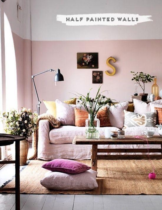 Un rose poudré habille la partie inférieure du mur. Avec le haut des murs peints de la même couleur que le plafond,  ce dernier paraît plus vaste, donnant l'illusion d'une pièce plus grande.