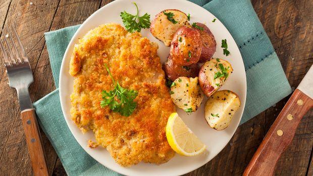 Schnitzel mit Bratkartoffeln und Rahmchampignons - So sieht's aus. - Kabeleins