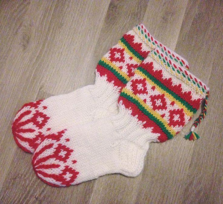 Lapin sukat perinteisissä revontulten väreissä. Nämä ovat koossa 24, tulivat siis tyttärelleni. Lankana Novita 7 veljes...