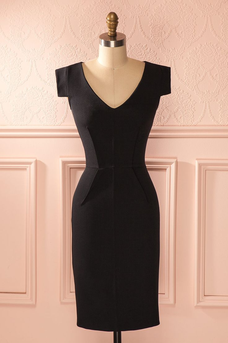 Chaque fois qu'elle enfilait cette robe, elle se sentait comme l'incarnation même d'une féminité au pouvoir illimité.  Every time she put on this dress, she felt like the epitome of a femininity with unlimited power. Black fitted midi V-neck dress www.1861.ca