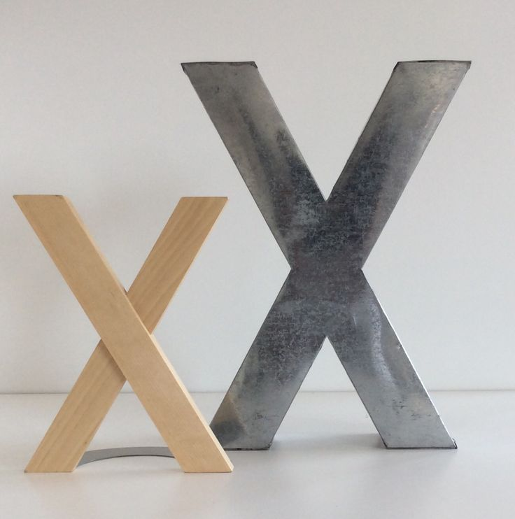Lettere. Grande metallo. Cm.35,5x26. Piccola legno Cm.23,5x17,5.