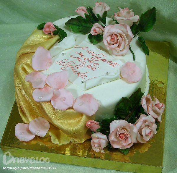 торт с розами и мастичной тканью
