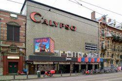 Marnixstraat 398-404 met de bioscopen Calypso, Bellevue Cinerama en het Nieuwe de la Mar Theater. Nu staat er het De La Mar theater.