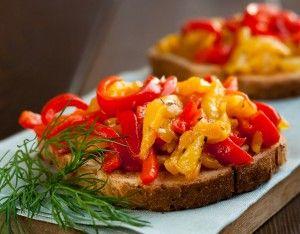 Ingelegde paprika's  Heb je wat teveel paprika's in huis en worden ze al een beetje rimpelig? Leg ze dan in in olijfolie. Een ideaal aperitiefhapje, ze blijven lang goed en je kunt ze als basisingrediënt gebruiken voor allerlei andere lekkere recepten.