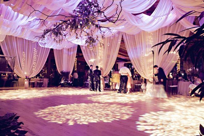 Otra variante de la decoracion de bodas son las telas colgantes