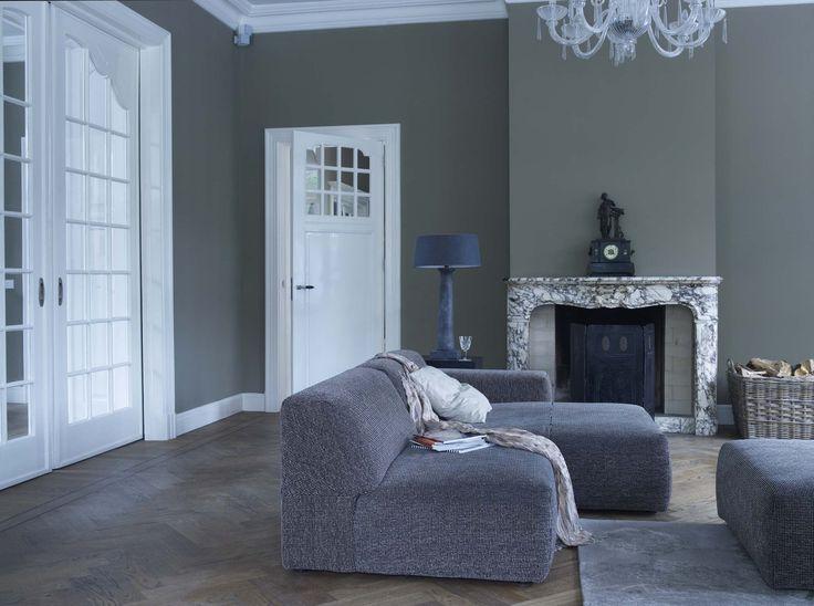 Strak en klassiek gaan goed samen in een woonkamer kleurgebruik real tundra en delicate greige - Verf haar woonkamer ...
