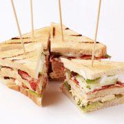 Sandwiches met komkommer en tonijn