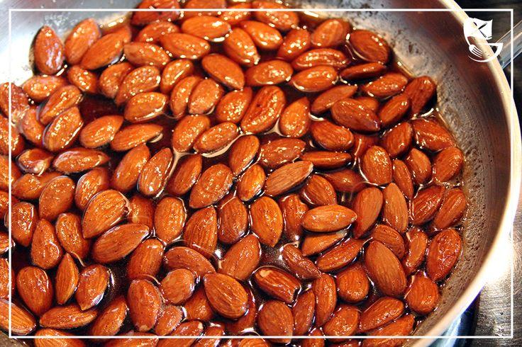 Gebrannte Mandeln Low Carb // Ganz einfach kannst Du gebrannte Mandeln ohne Zucker herstellen. Du brauchst nur 3 Zutaten. Kohlenhydratarm und crunchy!