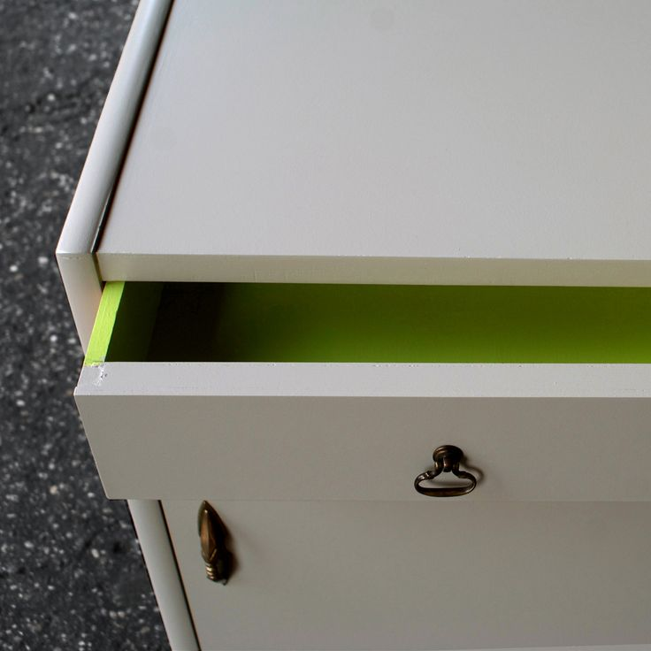 Coppia di comodini anni '60 rivisitati in color tortora due toni e verde acido NDN