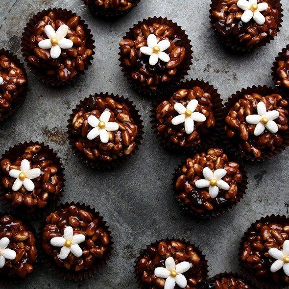Risboller med rom og rosin fortjener blomster av puffet ris som pynt. Oppskriften legges ut på borrowmyeyes.com i god tid før klokken viser lørdagsgodt. #bake #bakemag #morshjemmebakte #droetker #risboller #odense #kakepynt #matbloggsentralen #matprat #godtno #feedfeed @thefeedfeed #sjokolade