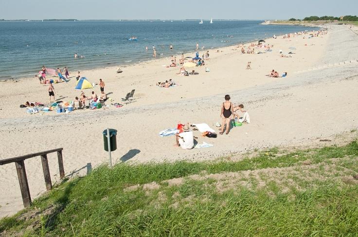 Bij mooi weer is het heerlijk op ons strand, het water is schoon , het strandje…