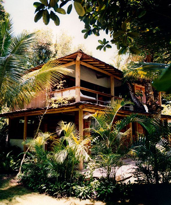 Mi casa es grande y está en Costa Rica. Hay son dos pisos y mi cuarto esta en el primer piso. La piscina está afuera, debajo de la casa.