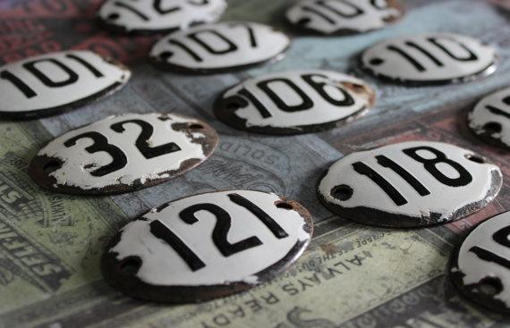 Brocante, plaques émaillées, plaques numérotées, chiffres, nombres