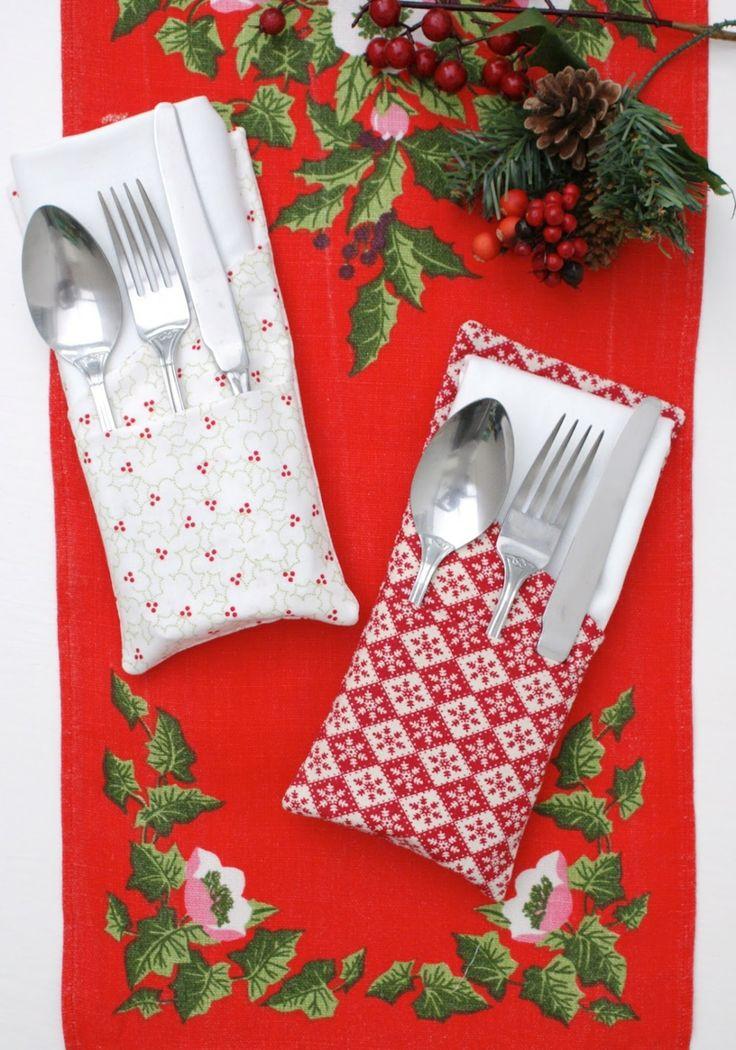 pliage de serviette pour Noël en pochettes porte-couverts en blanc et rouge