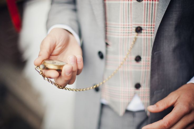 Mooi! Een bruidegom met eigen mannelijke accessoires zoals dit zakhorloge. - Fotocredits: 2Rings