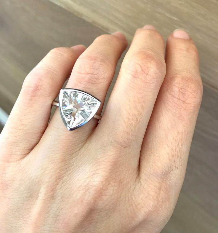 Billones corte declaración anillo de compromiso nupcial boda anillo promesa anillo - para su triángulo blanco topacio anillo abril Birthstone anillo de Belesas en Etsy https://www.etsy.com/es/listing/482940254/billones-corte-declaracion-anillo-de