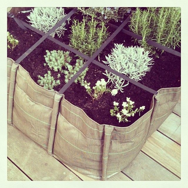 un potager urbain en carr bacsac en toile g otextile parfait pour planter sur sa terrasse en. Black Bedroom Furniture Sets. Home Design Ideas