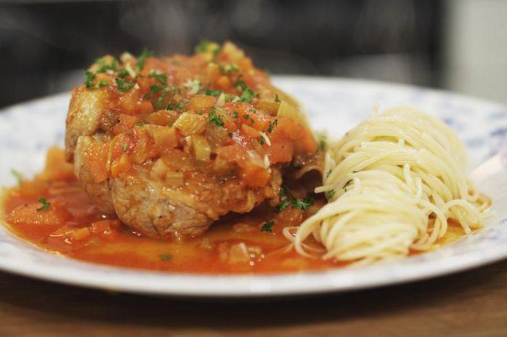 De basis van ossobuco zijn kalfsschenkels. Het is een echte Italiaanse klassieker die z'n oorsprong heeft in Milaan. Je moet er wel even tijd voor nemen, want dit is slow cooking op z'n best. Reken maar dat je geduld beloond wordt!