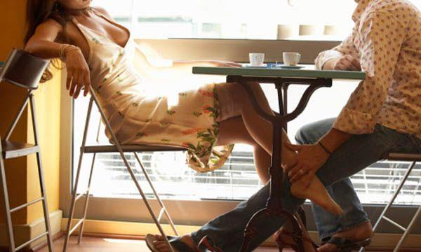 romantic couple playing footsies | Dicas de uma mulher para saber se uma garota está afim de você