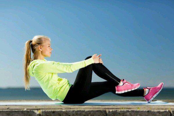 """УПРАЖНЕНИЯ ДЛЯ СТРОЙНЫХ НОГ    Сохрани, чтобы не потерять! 📌   Упражнения для ног важно выполнять даже в том случае, если Вы вполне довольны своими ногами, а накачать или наоборот уменьшить в объеме хотите совсем другие части тела. У культуристов есть выражение - """"качаешь ноги - растут руки"""". Упражнения для ног обычно выполняются в начале тренировки.    1. Ложимся на спину, ноги согнуты в коленах. Руки лежат вдоль тела. Поднимаем таз и спину до тех пор, пока не будем касаться пола только…"""