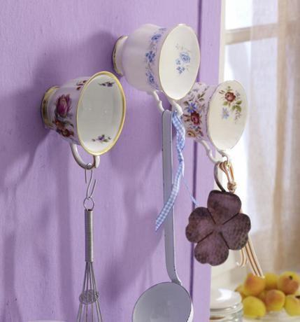 Xícaras Suporte   Use Bucha para prendê-las a parede e fure com Broca para Vidros. Não use Xícaras de porcelana muito fina, pois elas não suportam seu próprio peso.  Fonte: Blog Copy Paste