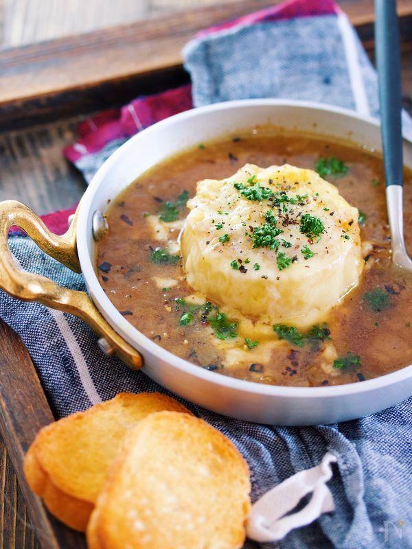 時短でできる、あっつあつのとろとろ大根入りオニオングラタンスープ♡     レンジで作った飴色玉ねぎとレンジで煮たとろとろ大根を、コンソメスープでサッと煮て、耐熱容器に移し、チーズを散らしたら、オーブントースターで焼くだけ♡    飴色になるまで炒めた玉ねぎで、スープに旨味とコク、そして甘さが加わり格別の美味しさに!    また、大根はとろとろで  これがまたチーズやスープと好相性です♪