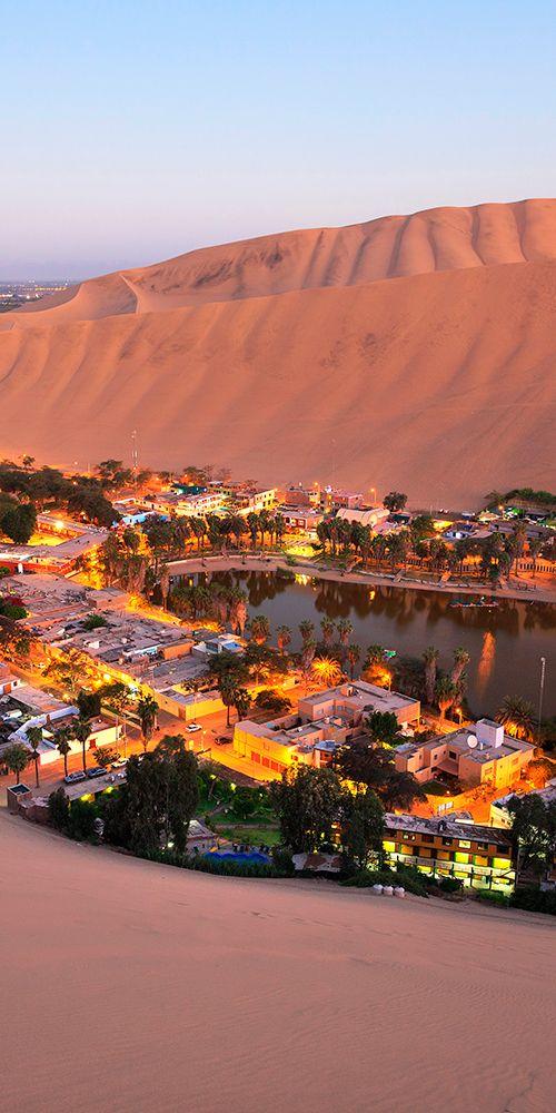 Huacachina en el suroeste de Perú está construido alrededor de un pequeño lago natural en el sur del desierto america Perú
