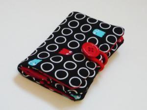 Porte-cartes : le tutoriel Inspirédu porte-cartes de visite, j'ai fait celui-ci plus grand pour pouvoir y mettre des cartes de toutes sortes.   Pour réaliser ce porte-cartes il faut : 2 rectangles de feutrine fine de 17x12 cm 2 rectangle de tissu A (uni pour moi) de 17x12 cm 2 rectangles de tissu B (à motifs pour moi) de 17 x 12 cm 2 petits rectangles de tissu A de 12x6,5 cm 4 petits rectangles de tissu B de 12x6,5 cm Un élastique à cheveux (que l'on va couper) Un bouton   1)…