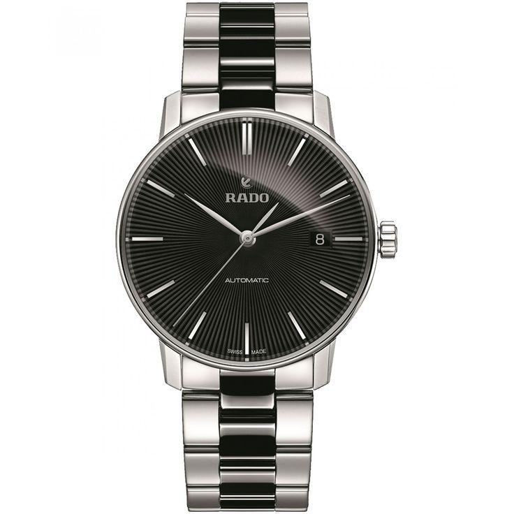Reloj Rado de caja bisel  y extensible en acero de acabado pulido con detalle en color negro; carátula a tono con diseño de líneas manecillas e indicadores a contraste; nombre de la marca.