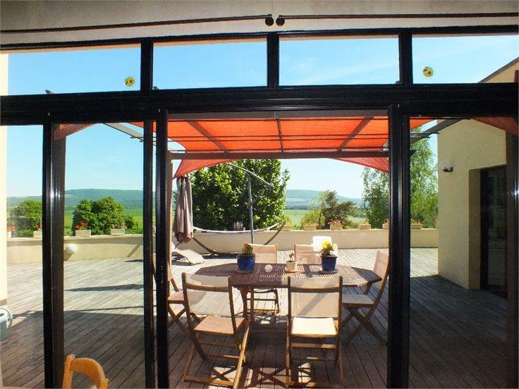 Jolie villa d'architecte à vendre chez Capifrance à Dijon.     > 386 m², 14 pièces dont 6 chambres et un terrain de 15 HA.     Plus d'infos > François Maillet, conseiller immobilier Capifrance.
