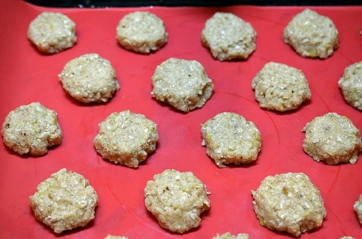 Vă prezentăm o rețetă de biscuiți super delicioși și sănătoși. Aceștia se prepară simplu și rapid, fiind foarte fini, dulce-acrișori și crocanți. Nu conțin ouă, făină și unt, fiind perfecți pentru a fi preparați împreună cu copiii, unde mai pui că copiii adoră să le savureze. Echipa Bucătarul.tv vă dorește poftă bună alături de …