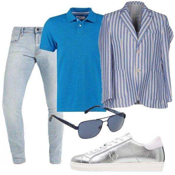 I pantaloni jeans blu lavaggio chiaro hanno la vita bassa e la gamba stretta. Li abbiniamo alla polo in cotone azzurra e alla giacca in cotone e lino a righe bianche e azzurre. Ai piedi sneakers basse argento con para bianca e per finire occhiali da sole con montatura metallica blu e lenti in tono.