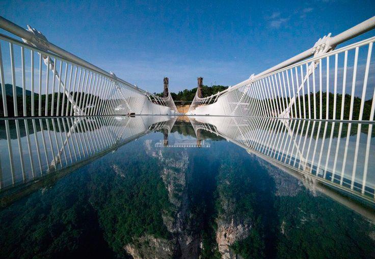 Denne gangbro af glas er spændt ud mellem to bjergtoppe i en kinesisk naturpark. Men hele verden holder vejret – en tilsvarende bro er begyndt at krakelere ...