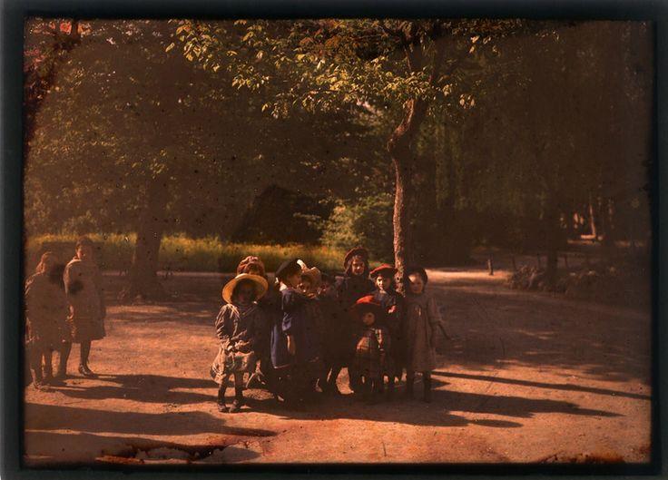 Gruppo di bambine al parco, forse il Giardino Pubblico di Modena, 1909 – 1910, Orlandino Pellegrino e Figli, Fondo Panini, Fondazione Fotografia Modena.