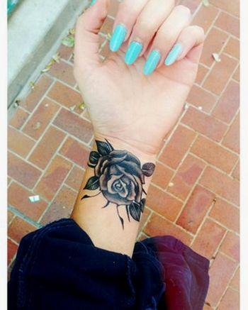 Amazing-Black-Rose-Tattoo-On-Girl-Wrist.png (350×437)