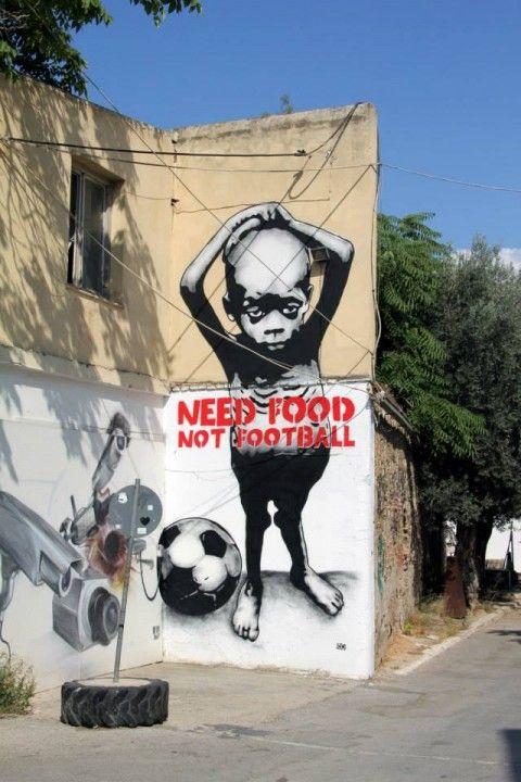 """"""" J'ai besoin de nourriture pas de football !"""" / Street art."""