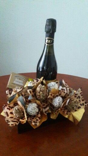 Sweet Bouquet  Ostiones ahumados  Fresas cubiertas de chocolate con nuez y coco !!! Un detalle que enamora !