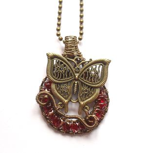 Steampunk necklace with glass beads. Steampunk halsband med fjäril från ladyofthelake.se