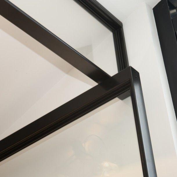 Een stalen taatsdeur is een deur die zowel naar binnen als naar buiten kan openen. Door de bevestigingspunten aan de onder en bovenzijde van...
