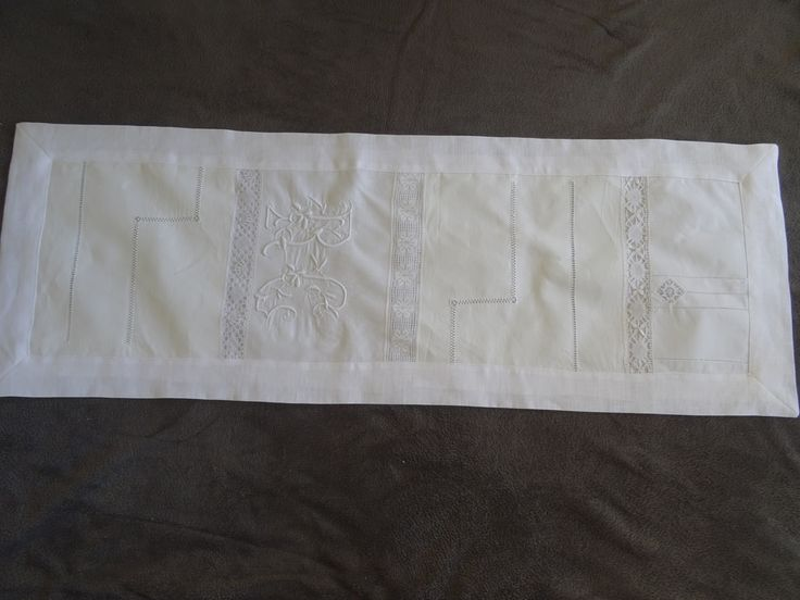 jeté de table en lin blanc monogramme , drap ancien et dentelle : Textiles et tapis par les-tiroirs-de-manine
