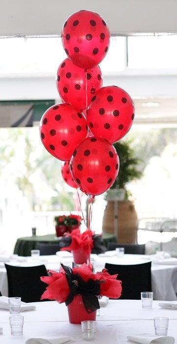 Decoración fiesta de martiquita con globos rojos de punticos negros. #FiestasInfantiles