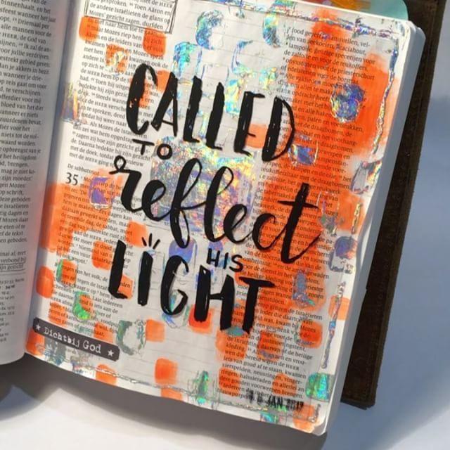 REFLECT | 'En op ons gezicht is het licht van de macht en majesteit van de Heer te zien.' #2korinthiers3v18. Waar Mozes na zijn aanwezigheid bij God nog een doek nodig had, om te verbergen dat de glans van zijn gezicht afnam, mogen wij zijn als spiegels zijn waarop de stralende majesteit van God blijft weerkaatsen, want wij kunnen iedere dag leven in zijn nabijheid. CALLED TO REFLECT HIS LIGHT | #biblejournalingchallengethuis #dichtbijgod #sestraforyou #schrijfbijbel #exodus34