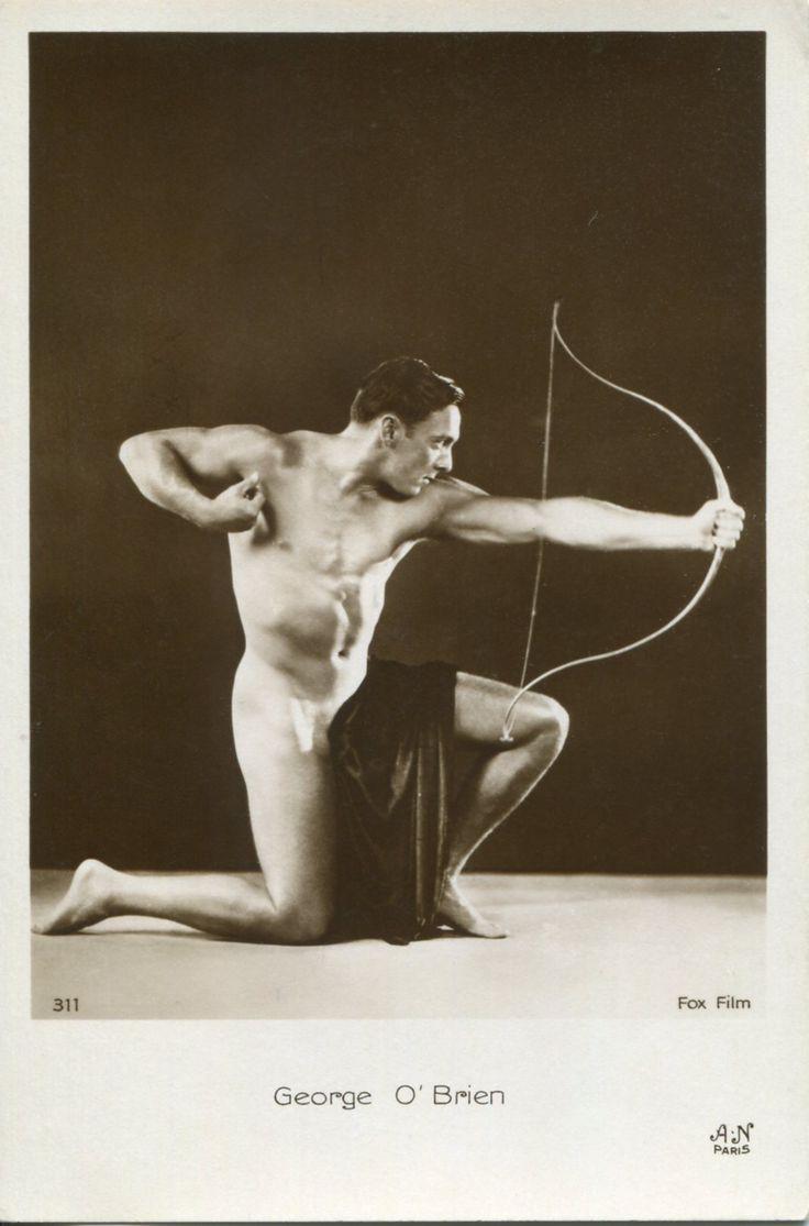 Briefkaart met de Hollywood acteur George O´Brien uit de jaren ´20 of ´30. De foto is gemaakt in de studio van Alfred Noyer in Parijs. In deze studio werden o.a. vele erotische foto´s gemaakt van voornamelijk vrouwen. Kaarten met filmsterren werden verzameld en deze zal zeker ook door mannen verzameld zijn. Coll. C. de Mol