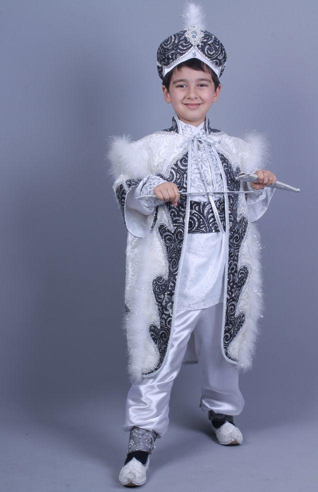 Cihangir Beyaz Gri Kaftan Sünnet Kıyafeti toplam 8 parçadan oluşmaktadır.bu sünnet kıyafeti hakkında daha detaylı bilgi almak için www.sunnetcarsisi.com adresimizi ziyaret edebilirsiniz