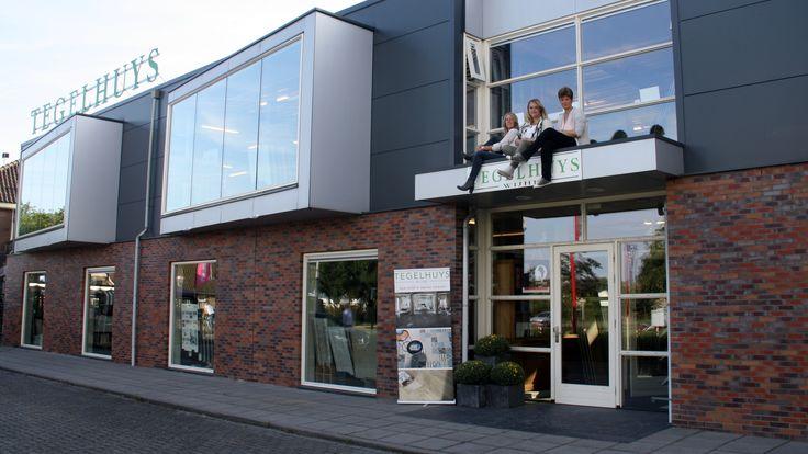 Joke, Allon en Sandra op het dak van de luifel van Tegelhuys Wijhe